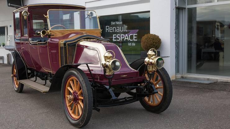 Der Kaiserwagen vor einem Schaufenster einer Renault Garage