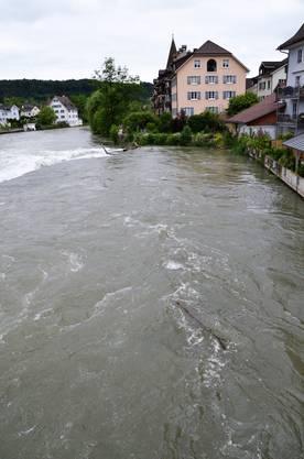 Starke Regenfälle über Pfingsten und das Schmelzwasser sorgen dafür, dass der Pegelstand der Reuss in kurzer Zeit stark gestiegen ist.