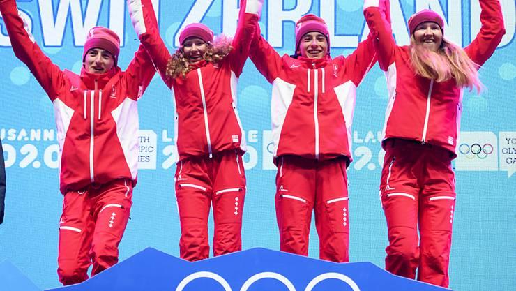 Nach den Doppelsiegen in den beiden Einzelrennen hat das Schweizer Tourenski-Team an den Olympischen Jugend-Winterspielen auch die Mixed-Staffel gewonnen. Thomas Bussard (v.l.n.r.), Thibe Deseyn, Robin Bussard and Caroline Ulrich distanzierten das zweitklassierte Frankreich um über zwei Minuten