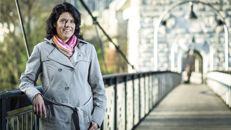 Sie sei stark verbunden mit dem Ortsteil Umiken, fühle sich aber genauso als Bruggerin, sagt Barbara Horlacher auf dem Fussgängersteg, der unter der Eisenbahnbrücke über die Aare führt.