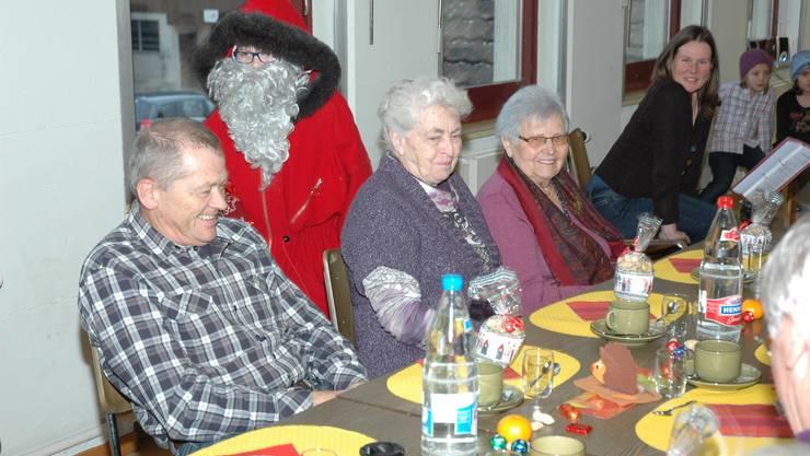 Der Samichlaus verteilt Chlaussäckli an die Seniorinnen und Senioren.