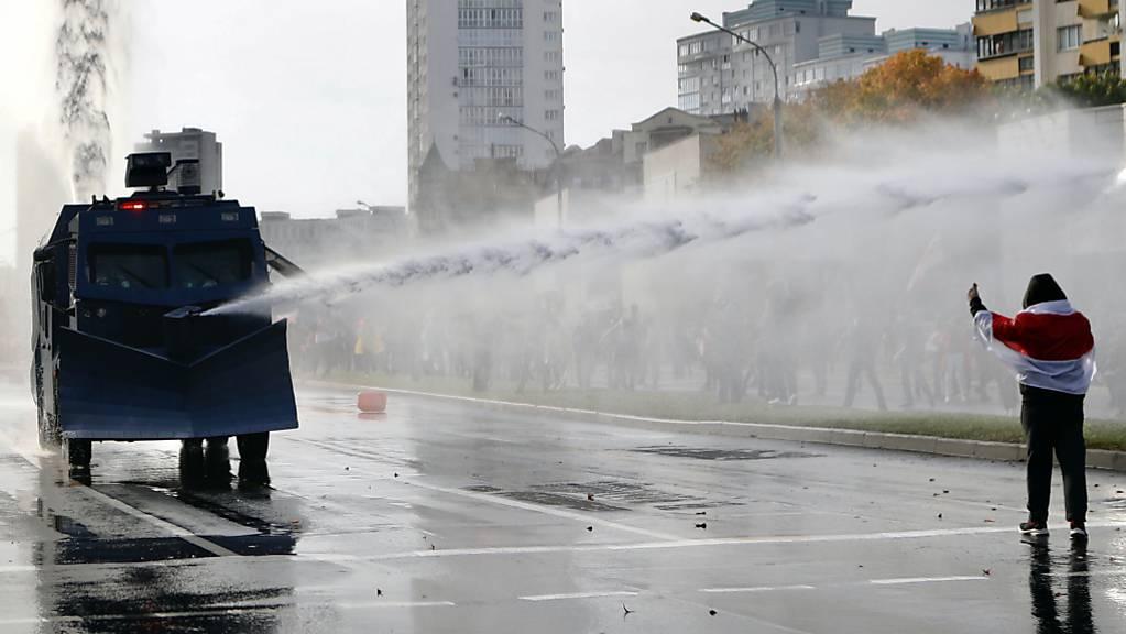 Polizisten setzten in Minsk einen Wasserwerfer gegen Demonstranten ein. Trotz eines Grossaufgebots an Sicherheitskräften haben hunderttausend Menschen gegen den autoritären Staatschef Lukaschenko demonstriert.