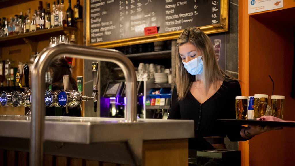 Maskenpflicht und Abstand: Die Restaurants sollen nur mit Auflagen öffnen dürfen. (Symbolbild)