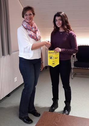 Gemeindepräsidentin Sandra Rottensteiner gratuliert Elena Totter