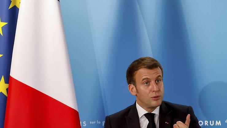 Emmanuel Macron, Präsident von Frankreich, äußert sich beim Pariser Friedensforum im Elysee-Palast. Beim Friedensforum, zu dem rund 60 Chefs von Staaten, Regierungen oder internationalen Organisationen erwartet werden, geht es vor allem um eine internationale Antwort auf die Corona-Krise. Foto: Ludovic Marin/POOL AFP/AP/dpa