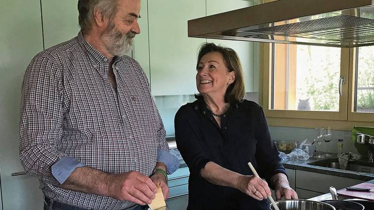 Sylvia Flückiger geniesst es mit ihrem Mann Hanspeter Flückiger zu kochen.