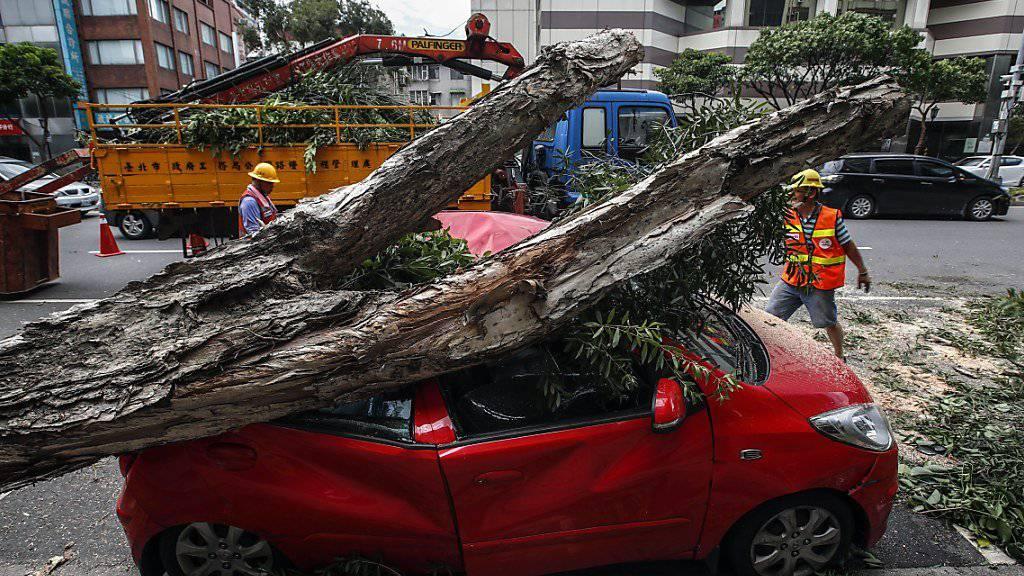 Nach dem Taifun «Nesat» wütet in Taiwan bereits der Taifun «Haitang». Dazwischen blieben den Rettungskräften kaum Zeit, um die Schäden zu beseitigen.