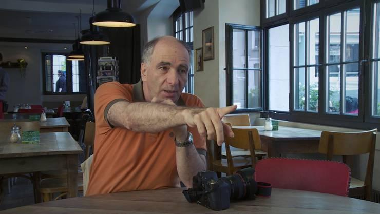 Klaus Rózsa schildert im Film «Staatenlos», wie er vor Polizisten, die auf ihn losgingen, ins Restaurant Franziskaner flüchtete.