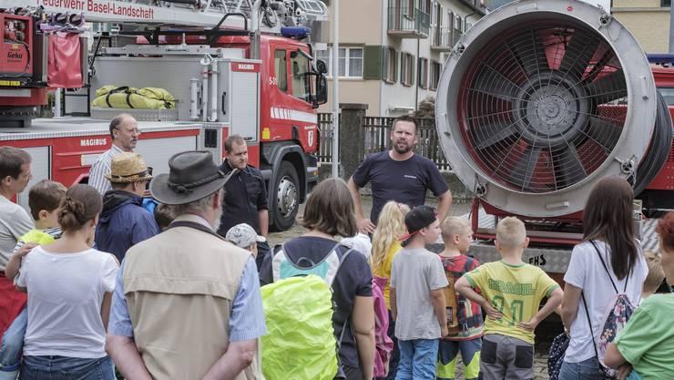 Kinder suchen das Feuerwehrmagazin in Liestal heim - im Rahmen des Ferienpasses Kinder bekommen die Feuerwehrfahrzeuge erklärt