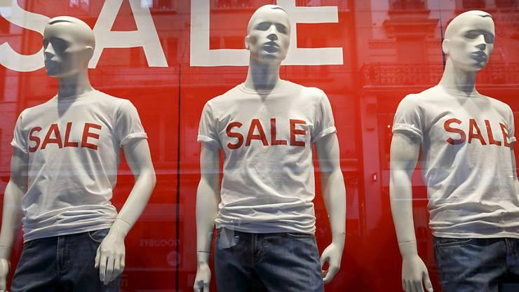 Sommer-Rabatte auf Kleider und Schuhe haben im Juli das Preisniveau in der Schweiz gedrückt. (Themenbild)