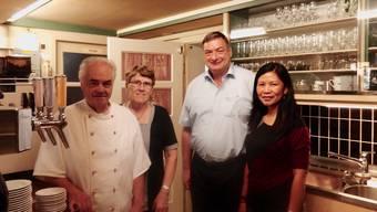 Robert Hersche (2.v.r.) übernimmt den Betrieb mit seiner Frau Teresita von Felix und Marlies Boutellier, die den Gasthof zuvor während 45 Jahren geführt hatten. zvg