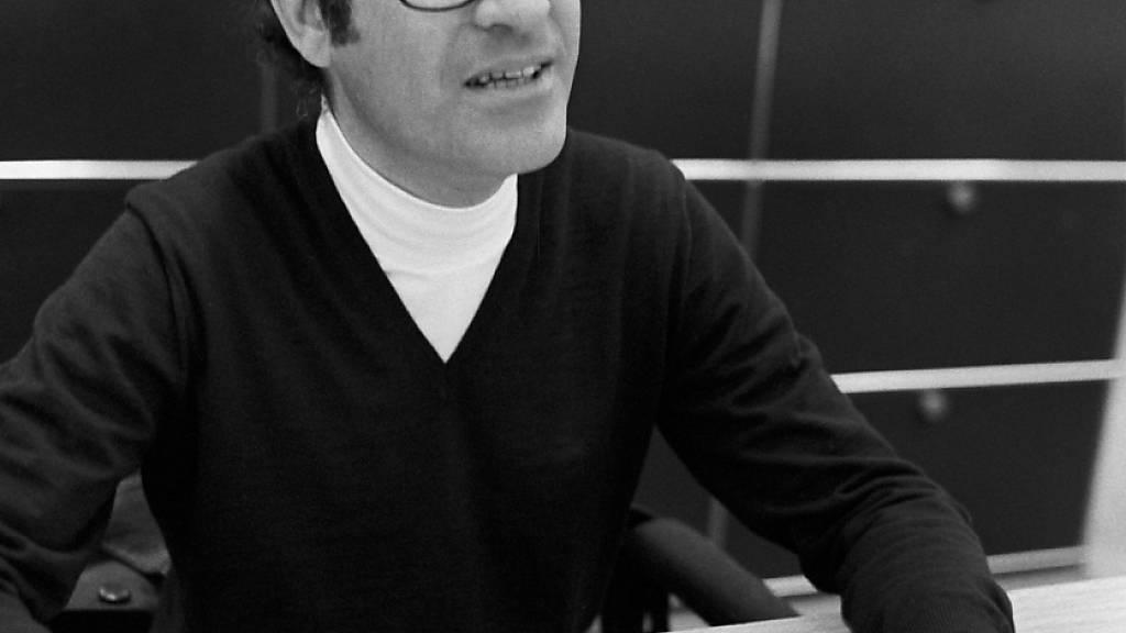 Der argentinische Zeichner Joaquin Salvador Lavado, bekannt unter seinem Künstlernamen Quino, sitzt an einer Zeichnung. Quino, Schöpfer der Comic-Figur Mafalda, starb am 30.09.2020 im Alter von 88 Jahren. Foto: Adriano Alecchi/Zuma Press/dpa