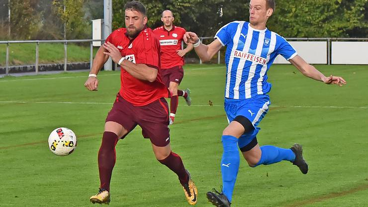 Oensingens Xhevahir Rrahmani (links) im Laufduell mit Denis Kostadinovic vom FC Klus/Balsthal.