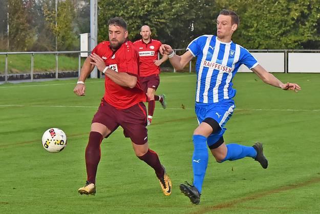 Denis Kostadinovic (r.) gegen den FC Oensingen in der Vorrunde 2019/20, in welcher er acht Tore erzielte.