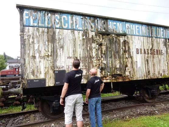 Die Geschichte des Bierwagens lässt sich nicht lückenlos dokumentieren. Patrick Bigler und Thomas Stauber vom SWS-Museum Schlieren (von links). Bild © Georges Peier