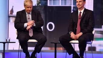 Aussenminister Jeremy Hunt (r.) tritt gegen den Favoriten Boris Johnson im Rennen um das Amt des konservativen Parteichefs und britischen Premierministers an. (Archivbild)