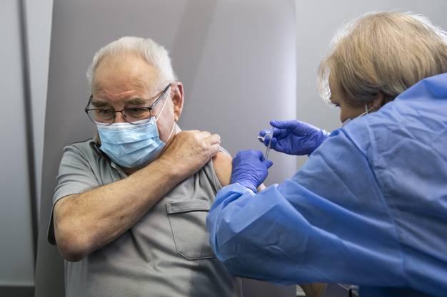 Die erste Impfung im Kanton Bern erhielt Toni Brunner aus Münchringen. Danach war seine Frau an der Reihe.