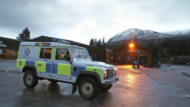 Ein Polizeifahrzeug mit dem Ben Nevis im Hintergrund.