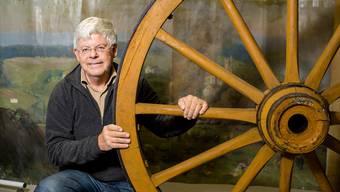 Markus Bertschi mit dem riesigen Wagenrad, das Napoleons Soldaten in Suhr flicken lassen mussten.