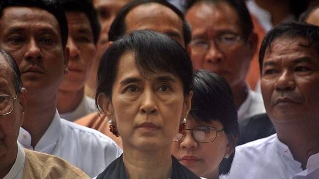 Friedensnobelpreisträgerin Suu Kyi (Mitte) gedenkt in Rangun schweigend ihres ermordeten Vaters