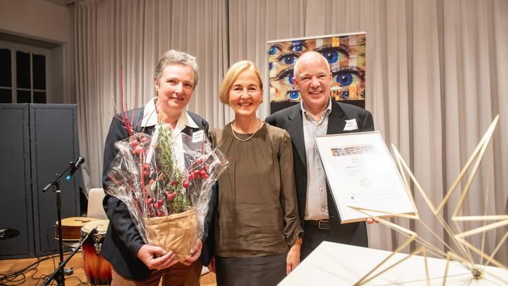 Regierungsrätin Susanne Schaffner (Mitte) überreichte Ilse Galli und Piero Tschanz von der Ypsotec den Sozialstern.