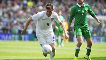 Vergebliche Angriffsbemühungen: Englands James Milner entwischt Irlands Aiden McGeady