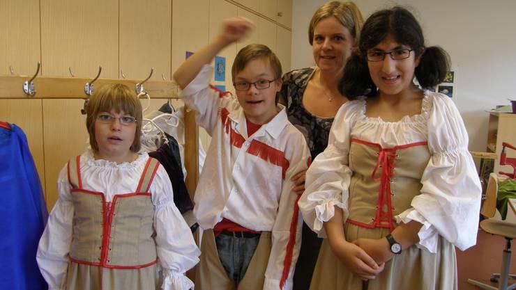 Monika Portmann, Lehrerin für Textiles Werken, stellt mit ihren Helfern um die 80 Kostüme her.