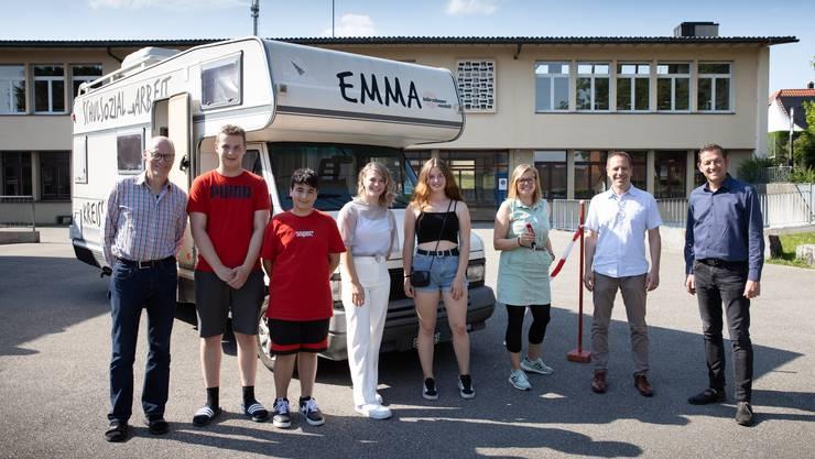 Freude über «Emma»: (l.) Martin Imobersteg, (v.r.) Georg Lindemann, Schuldirektor Silvan Jäggi, Schulsozialarbeiterin Simone König und die beteiligten Schüler.
