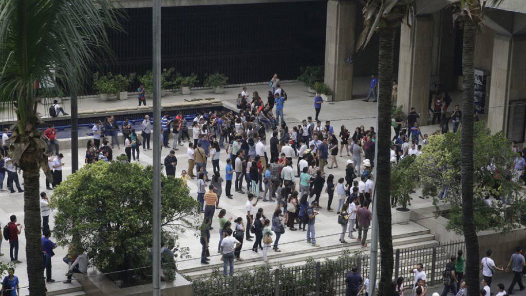 Angestellte einer Firma in Manila verliessen nach dem Erdbeben das Gebäude.