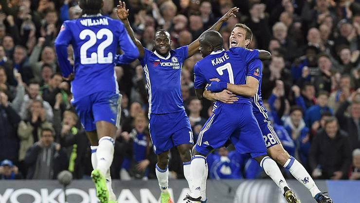 N'Golo Kanté wird von seinen Teamkollegen nach dem Treffer zum 1:0 gegen Manchester United geherzt