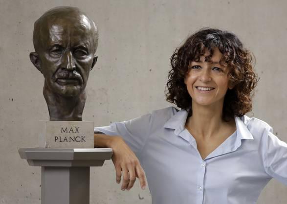 Emmanuelle Charpentier posiert am 7. Oktober 2020 kurz nach Bekanntgabe des Nobelpreiskomitees neben einer Büste von Max Planck in Berlin.