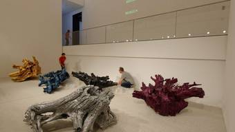 """Märchenhafter Beitrag des chinesischen Künstlers Ai Weiwei: Fünf riesige, farbig angemalte Wurzeln mit dem Titel """"Colored Roots 2009-2015""""."""