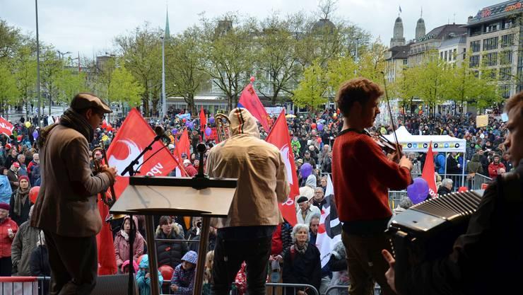 Rote Fahnen, Reden und Musik: Zur Zürcher 1.-Mai-Demo kamen in den letzten Jahren jeweils rund 10'000 Menschen.