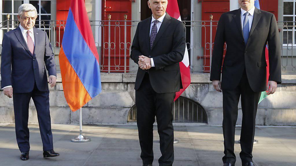 Aussenminister Didier Burkhalter (Mitte) mit Aserbaidschans Präsident Ilham Alijew (Rechts) und dem armenischen Amtskollegen Sersch Sargsjan (Links) .
