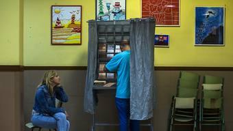 Ein Spanier bei der Stimmabgabe in Madrid.