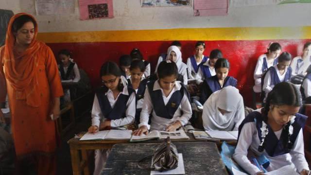 Mädchen in einer Schule im indischen Srinagar (Archiv)