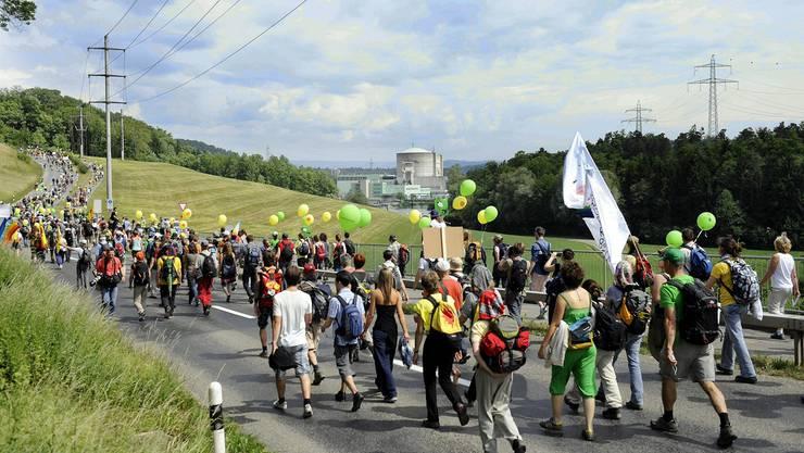 Das Bild stammt von einer Demonstration «Menschenstrom gegen Atom». Im Hintergrund das AKW Beznau. Der Bau neuer Atomkraftwerke ist jetzt verboten.Key