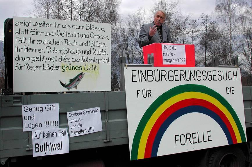 Rheintaler Fischer demonstrierten bereits im Jahr 2000 am Tag der Regenbogenforelle in Buchs. (KEYSTONE/Gadient)