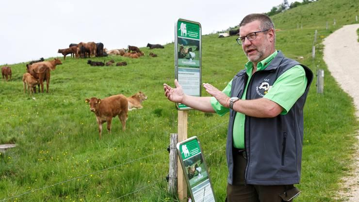 Heinz Feldmann von der Beratungsstelle für Unfallverhütung in der Landwirtschaft stellt den Lernpfad Rindvieh vor.