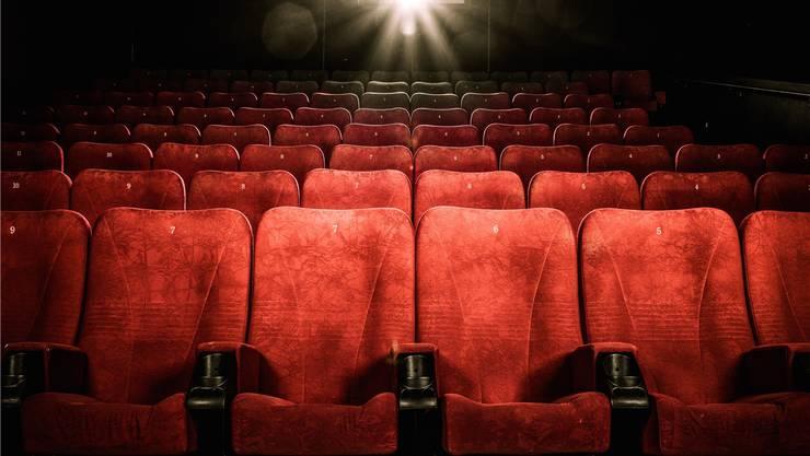 Gähnende Leere: Die Kinobranche kämpft mit einem massiven Zuschauerrückgang, Streaminganbieter wie Amazon und Netflix legen zu. Shutterstock