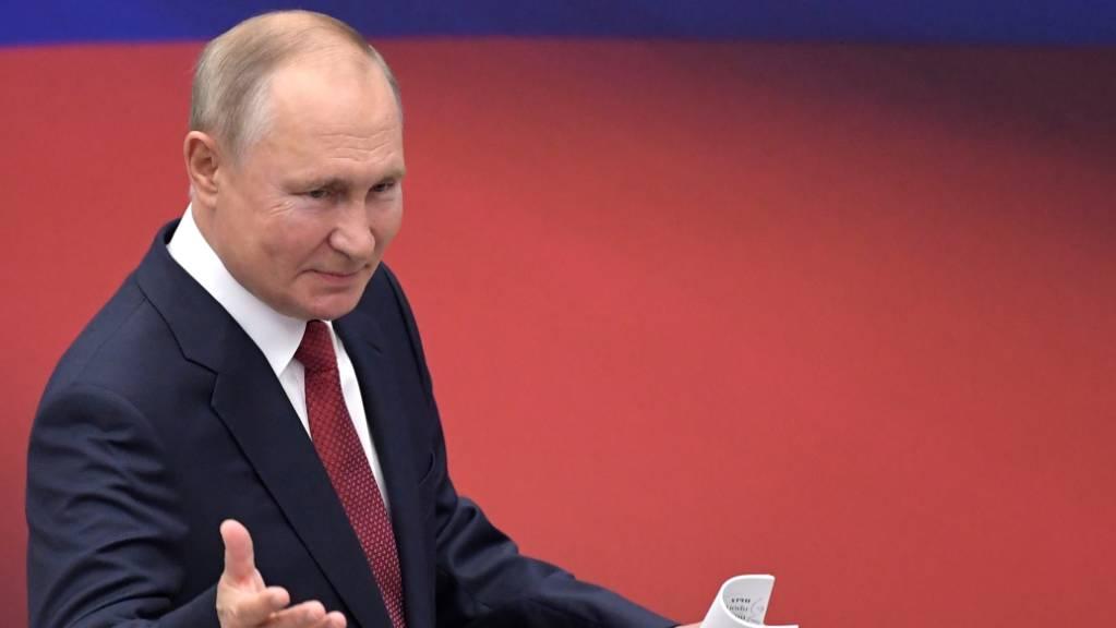 Wladimir Putin, Präsident von Russland, kommt zu einem Treffen mit Mitgliedern der Partei «Einiges Russland». Foto: Sergei Guneyev/Pool Sputnik Kremlin/AP/dpa
