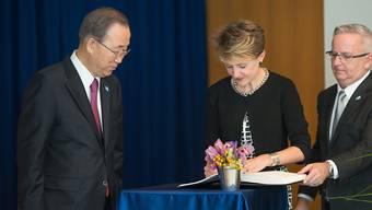 Bundespräsidentin Sommaruga signiert unter den wachsamen Augen des UNO-Generalsekretärs das Gästebuch am UNO-Hauptquartier in New York.
