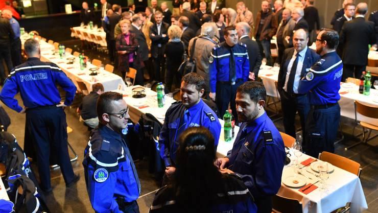Der Saal war etwa zur Hälfte von Uniformierten gefüllt. Die andere Hälfte stammte mehrheitlich aus der Politik.