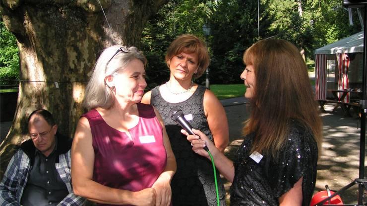 Im Interview mit Ruth Thomann (r.) bekunden Mitarbeiterinnen ihre Freude an ihrer Tätigkeit.