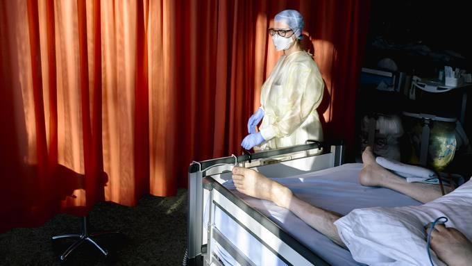 Die Intensivpflege ist am Limit. Um einen Covid-Patienten müssen sich am Unispital ein bis zwei Pflegende kümmern.
