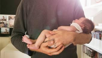 Soll der Vaterschaftsurlaub gesetzlich vorgeschrieben werden? Arbeitgeber und Gewerkschaften sind uneins. Getty Images