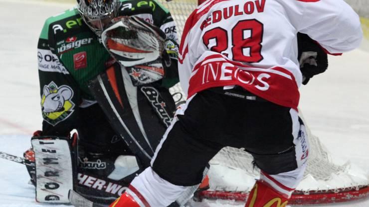 Irgendwie bleibt Olten-Goalie Leimbacher in diesem Duell mit dem Lausanner Fedulov der Sieger. hra