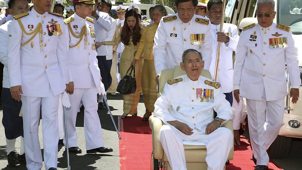 Thailand bangt um seinen König: Bhumibol Adulyadej (sitzend) ist seit Monaten im Spital. (Archivbild)