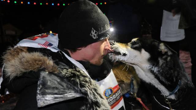Siegerkuss: Dallas Seavey mit einem seiner Hunde nach dem Sieg