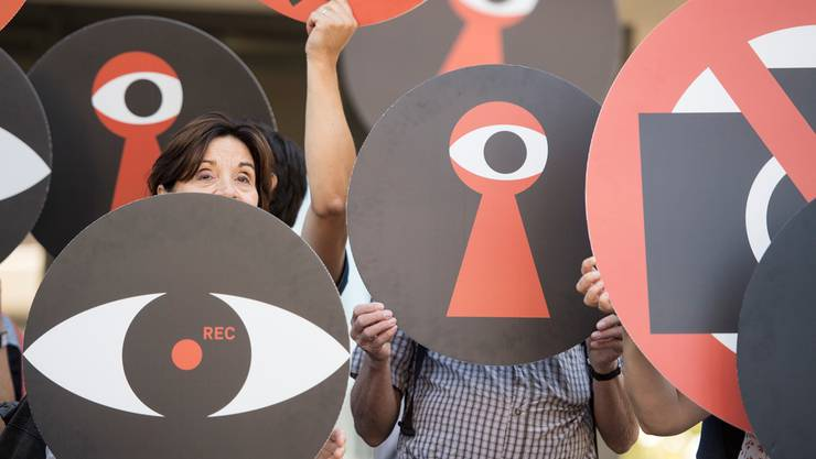 Die Gegner der Gesetzesänderung zur Observation von Versicherten formierten sich zum Kampagnenstart vor dem CSS-Gebäude in Luzern. Urs Flüeler/Keystone